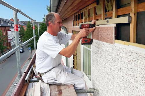 Arbeiter beim Aufbau einer Hinterlüfteten Fassade